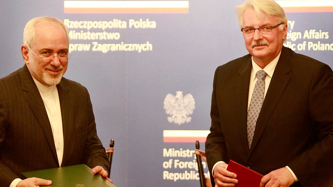Polish Foreign Minister Witold Waszczykowski, right, exchange documents of cooperation agreement with Iran's Foreign Minister Mohammad Javad Zarif during their meeting in Warsaw, Poland, Sunday, May 29, 2016. (AP)