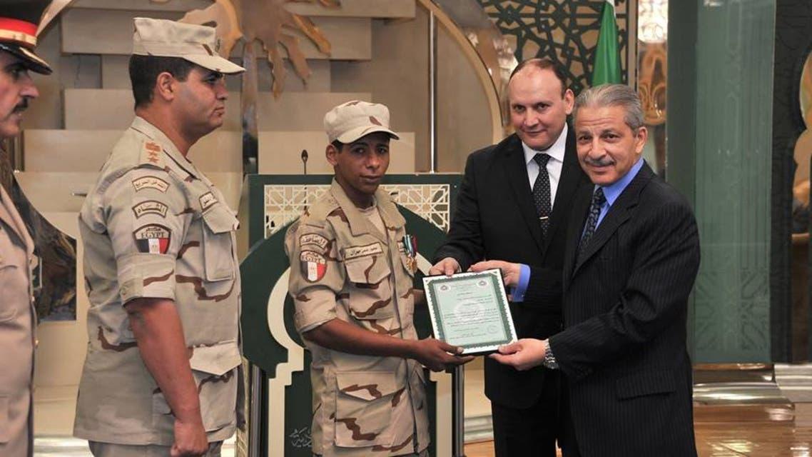 السفير قطان يكرم جندي مصري