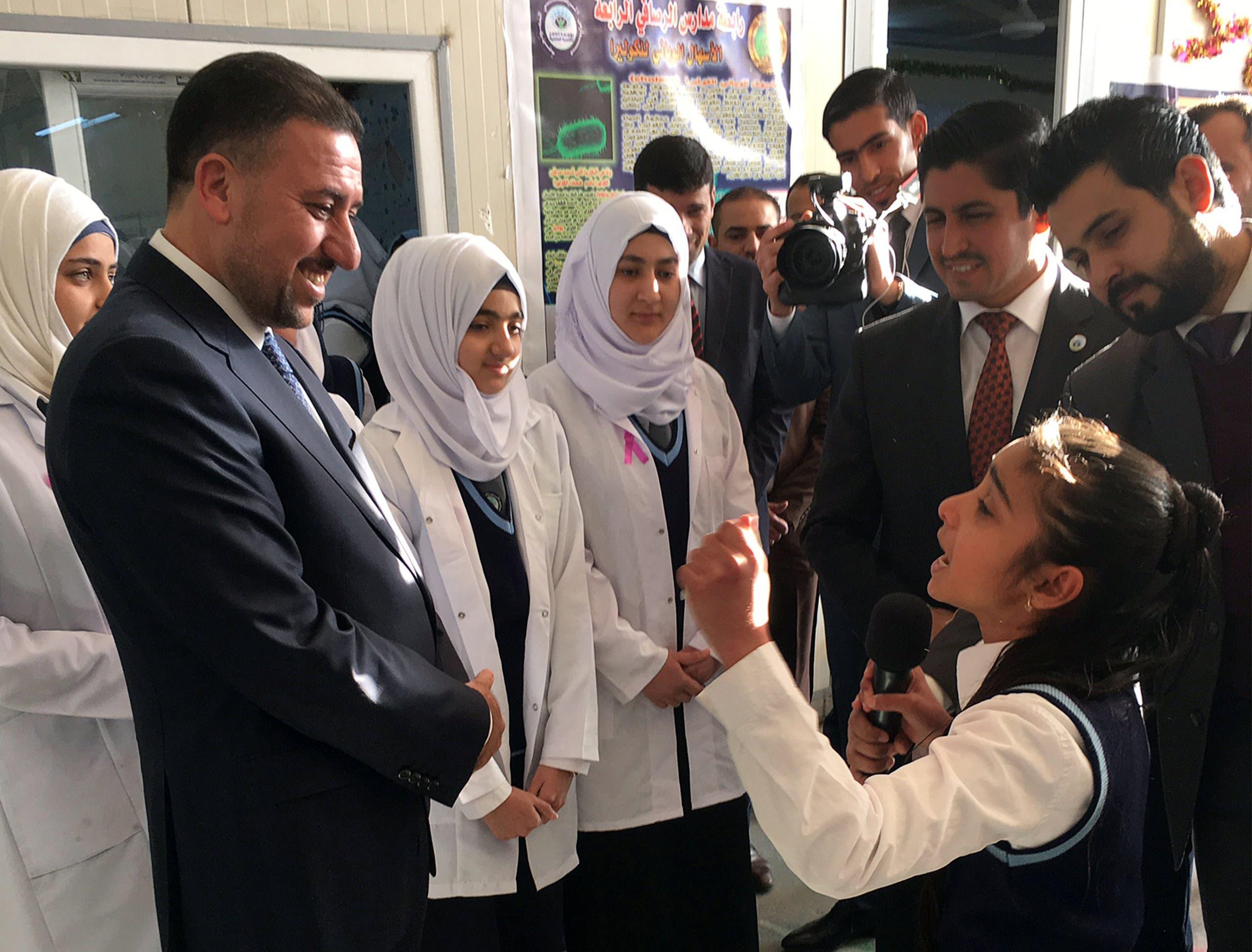 Khamis Khanjar, (2nd L) a Sunni multimillionaire, visits displaced Sunni Iraqis at a school he funds in Iraqi Kurdistan, Iraq, February 16, 2016. (reuters)