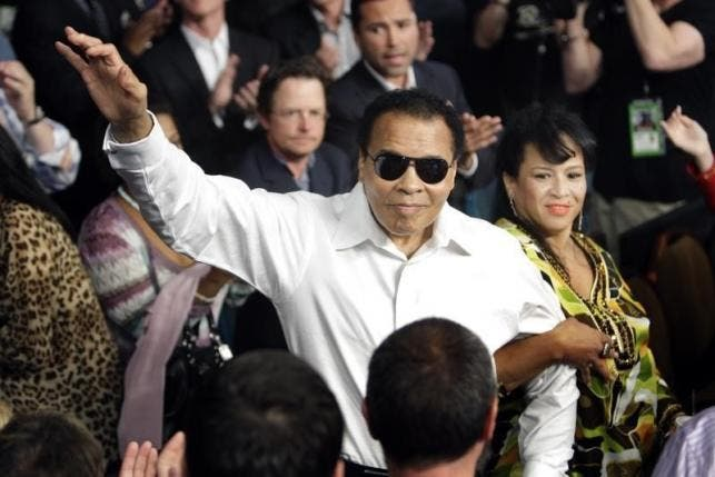 Muhammad Ali stands with his wife Yolanda as he is introduced before the welterweight fight between Floyd Mayweather Jr. and Shane Mosley at the MGM Grand Garden Arena in Las Vegas, May 2010. (Reuters)