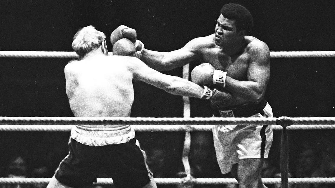 Muhammad Ali (L) punches Richard Dunn while fighting for the WBC & WBA Heavyweight Title in Munich, Germany May 24, 1976. (Action Images / Sporting Pictures)