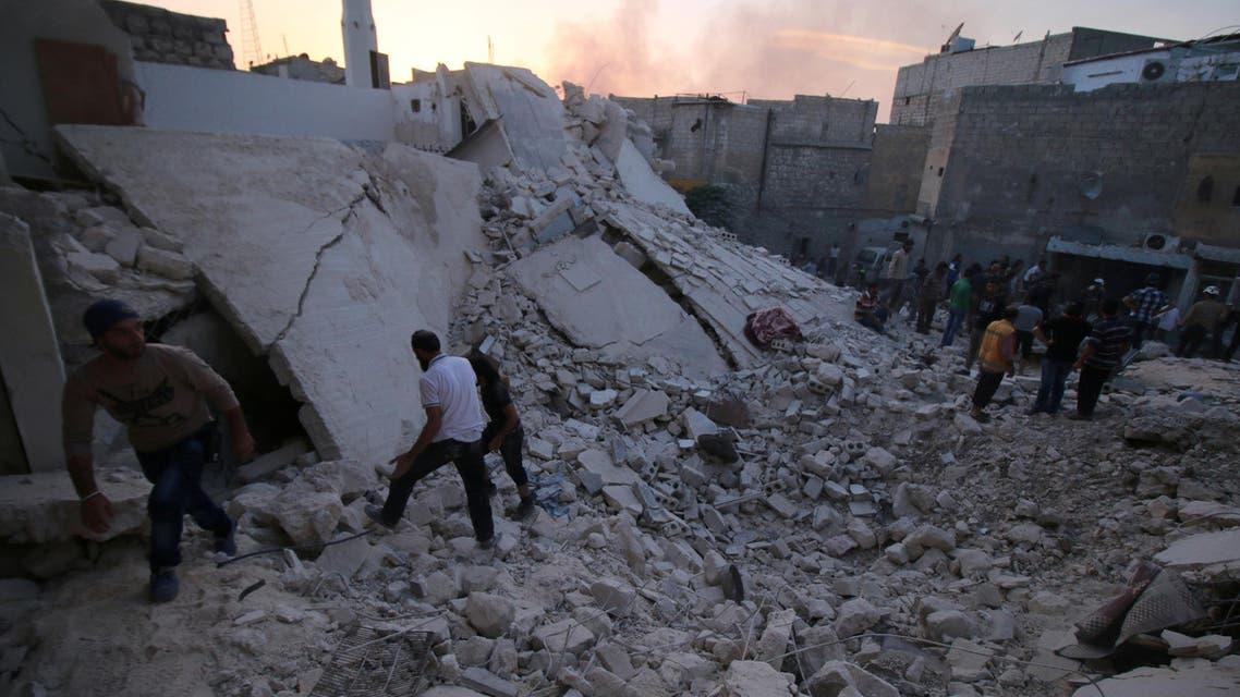 سكان حلب يتفقدون الدمار بعد غارات النظام - رويترز