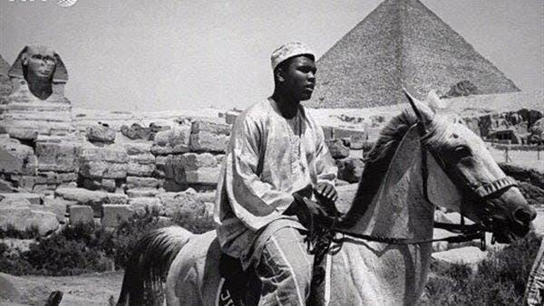 ويركب حصانا أمام الأهرامات