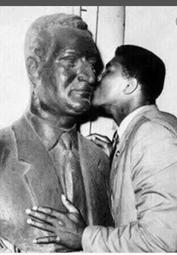 ويقبل تمثال عبدالناصر