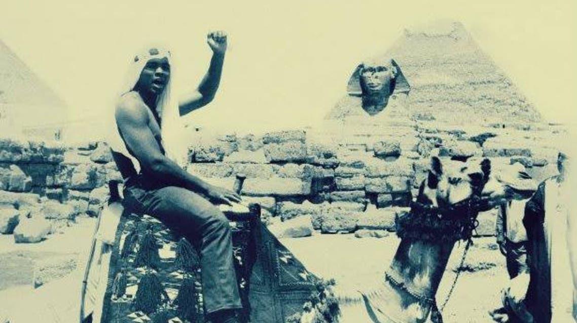 محمد علي كلاي يركب جملا أمام الأهرامات وأبو الهول