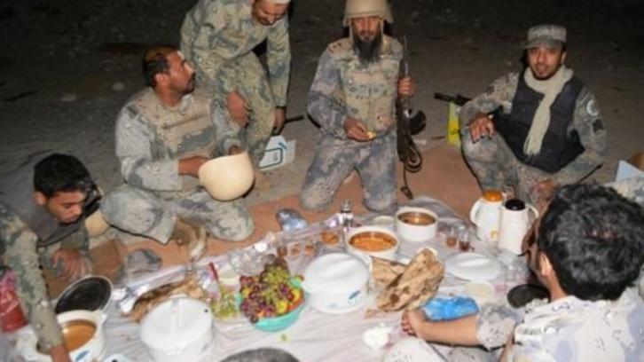 بالصور..لحظة إفطار الجنود المرابطين على الحدود مع اليمن