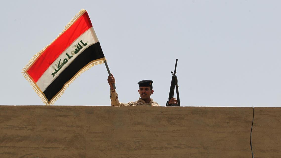 جندي عراقي يلوح بعلم بلاده في الصقلاوية - فرانس برس