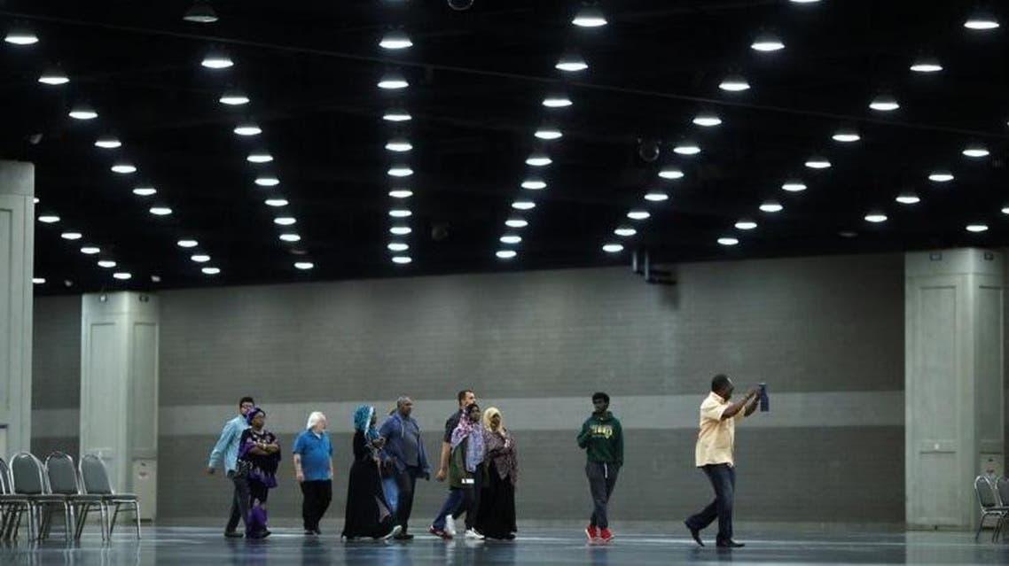أشخاص يتوافدون لأداء صلاة الجنازة على محمد علي في لويفيل بولاية كنتاكي الأميركية الخميس  كارلوس باريا - رويترز