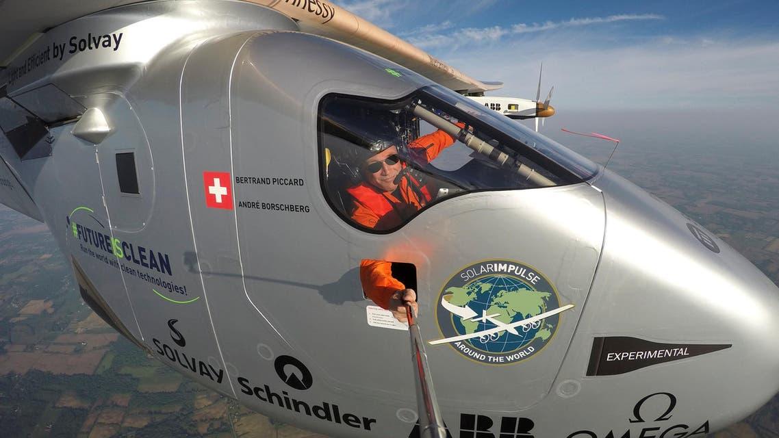 برتران بيكار يأخذ سيلفي في الطائرة الشمسية - رويترز