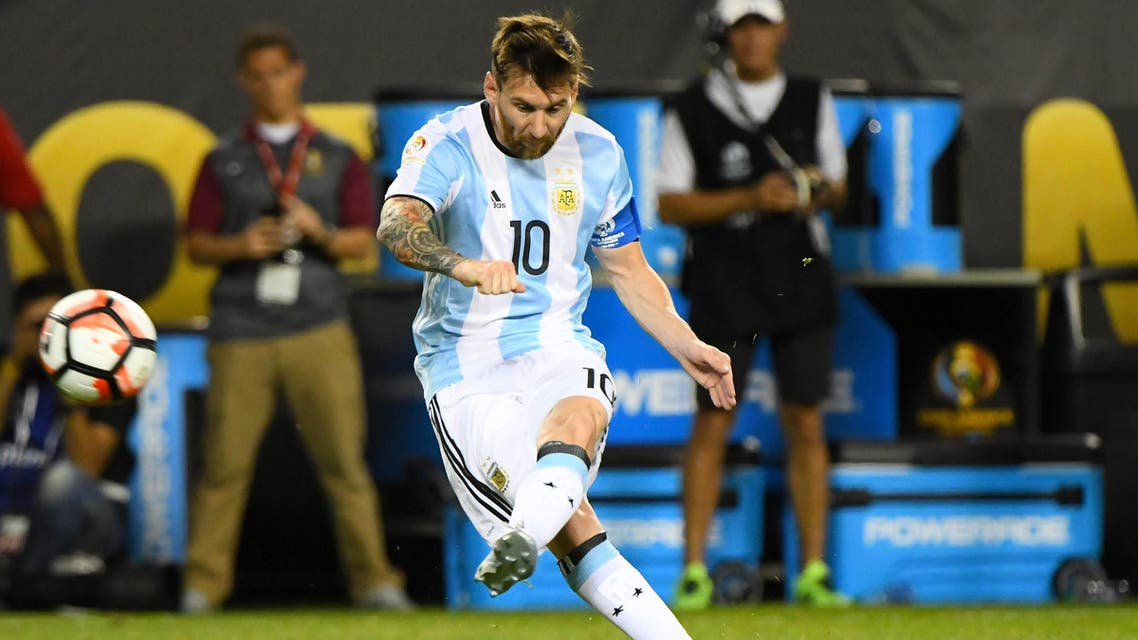 Argentina midfielder Lionel Messi (10) scores a goal against Panama in the second half during the group play stage of the 2016 Copa America Centenario at Soldier Field