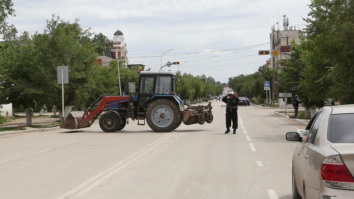 A Kazakh police officer blocks a street near the site of a fire exchange between Kazakh security forces and suspected militants linked to deadly attacks this week on a national guard base and several firearms shops, in the city of Aktobe, Kazakhstan, June 10, 2016. Reuters