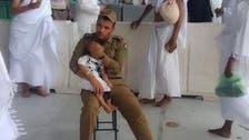 حرم مکی: بھٹک جانے والی بچی سیکورٹی اہل کار کی آغوش میں