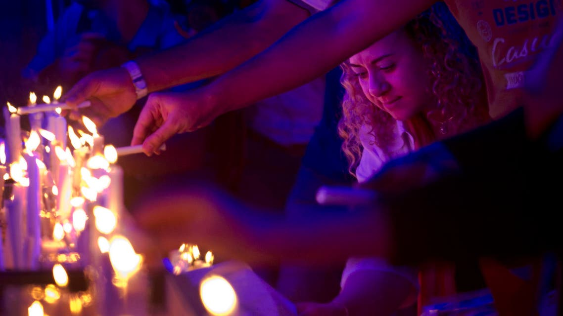 Egyptians light candles during a candlelight vigil for the victims of EgyptAir flight 804, in Cairo, Egypt, Thursday, May 26, 2016.  (AP)