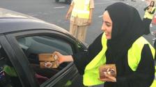 کم عمر اماراتی خاتون وزیر نے سڑکوں پر افطاری تقسیم کی!