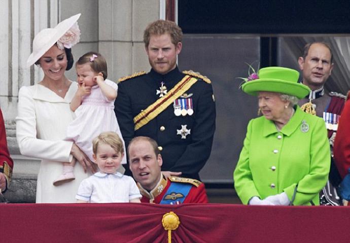 أهمل كل شيء أمامه وراح يداعب ابنه الأمير جورج ويحدثه ربما عن الطائرات