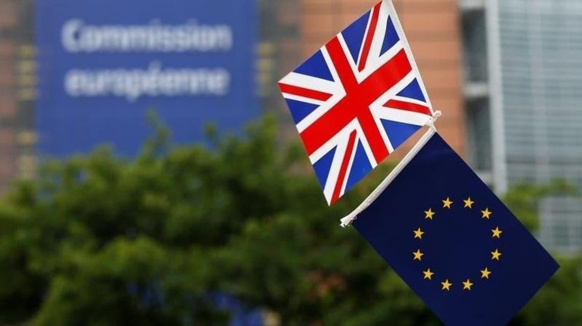 علم بريطانيا وعلم الاتحاد الأوروبي أمام مقر المفوضية الأوروبية في بروكسل في 1 يونيو حزيران 2016. تصوير: فرانسوا لينواه - رويترز.
