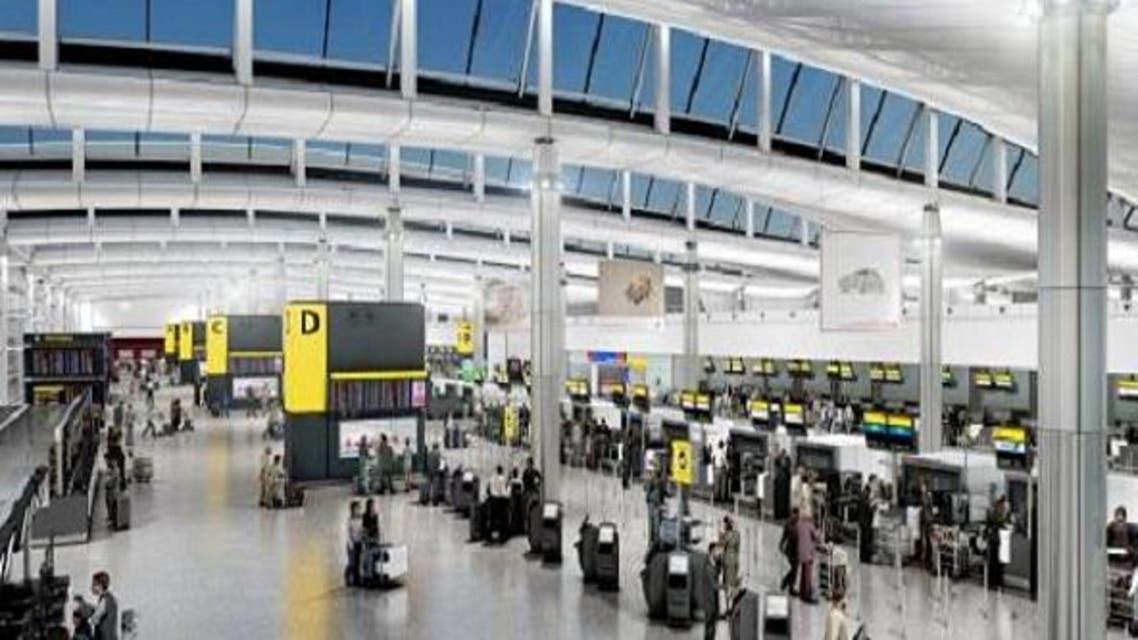 هنا في مطار هيثرو اعتقلوه