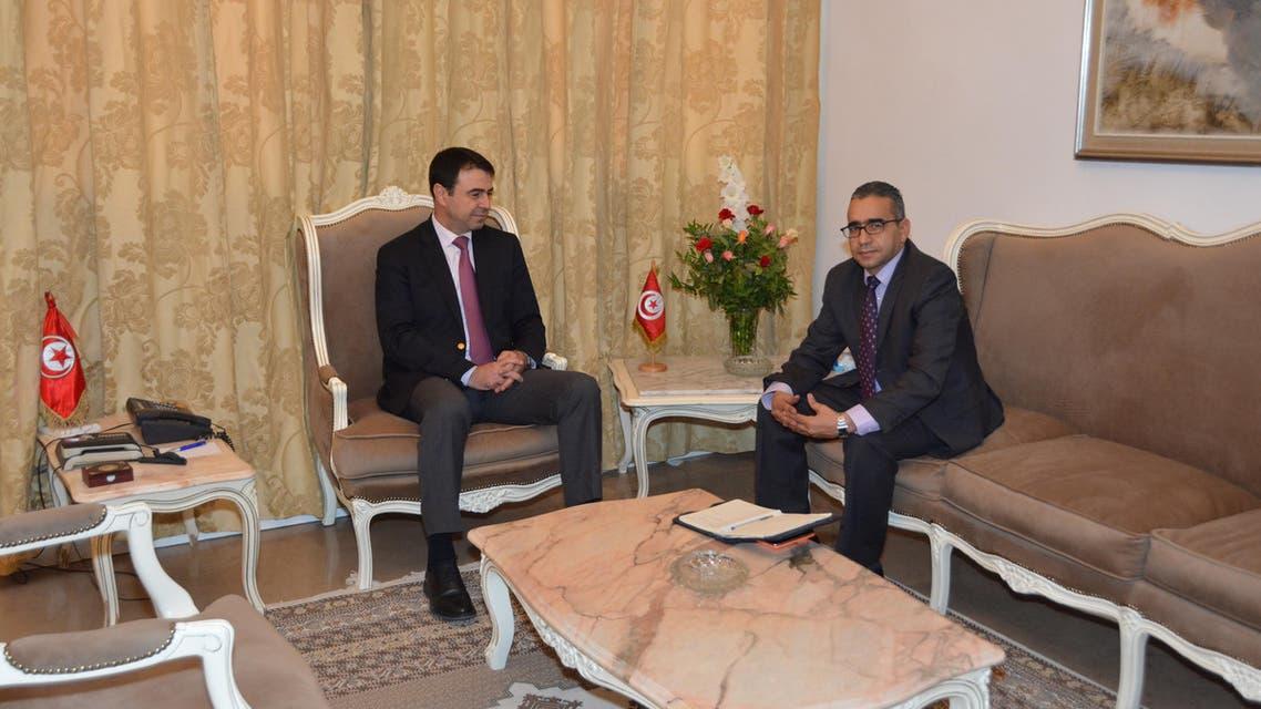 وزير الداخلية التونسي الهادي المجدوب يساراً ومراسل العربية.نت منذر بالضيافي