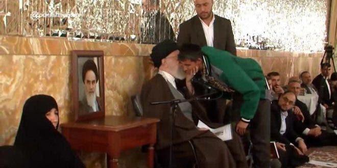 خامنئي مستقبلا عوائل القتلى الأفغان