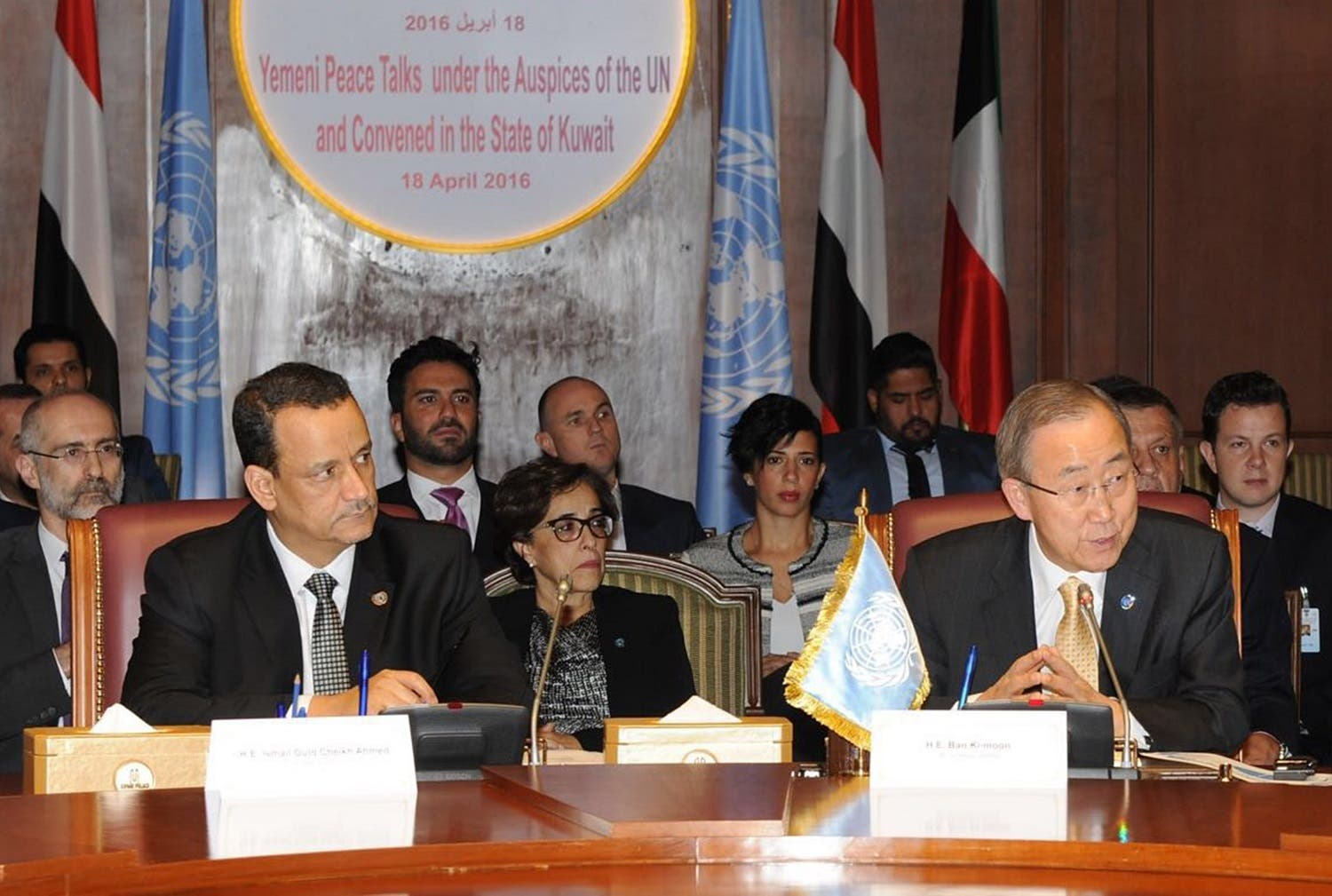 United Nations special envoy to Yemen, Ismail Ould Cheikh Ahmed (L), and UN Secretary General Ban Ki-moon attending a joint meeting for the Yemeni negotiators in Kuwait City (Photo: AFP)