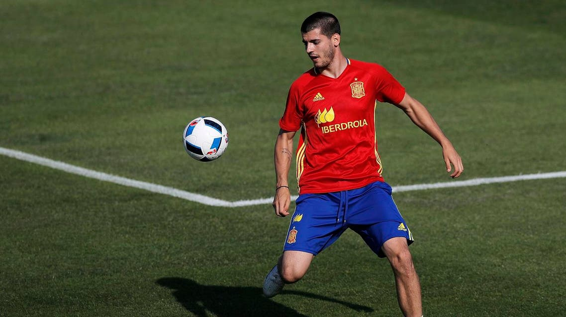 Spain's Alvaro Morata controls the ball during a training session at the Sports Complex Marcel Gaillard in Saint Martin de Re in France, Thursday, June 23, 2016. Spain will face Italy in a Euro 2016 round of 16 soccer match in Paris on Monday, June 27, 2016. (AP)