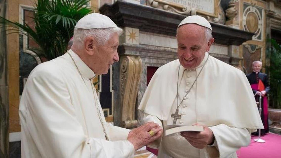بابا الفاتيكان السابق بنديكت السادس عشر أثناء تكريم له من البابا فرانسيس - رويترز