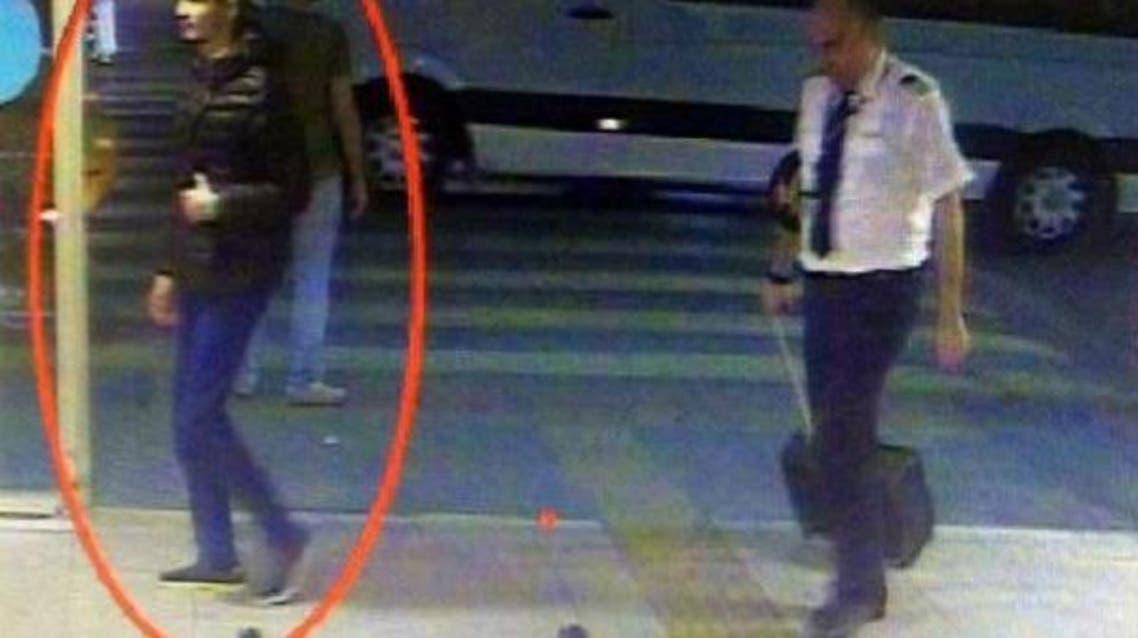 أحدهم  نحيف وطويل القاتمة ظهر وهو يدخل الى المطار