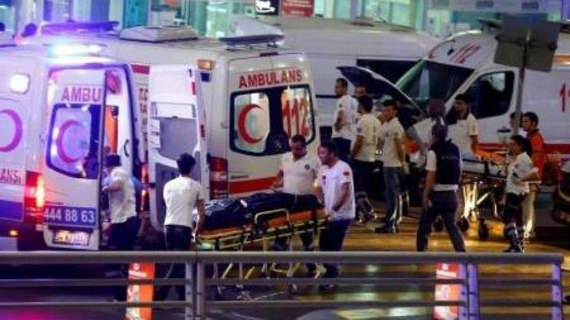 سيارات إسعاف تصل إلى مطار أتاتورك الدولي في إسطنبول التركية لنقل مصابين