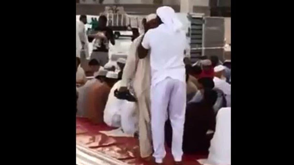 لماذا قبّل شاب سعودي رؤوس الصائمين بالمسجد النبوي؟