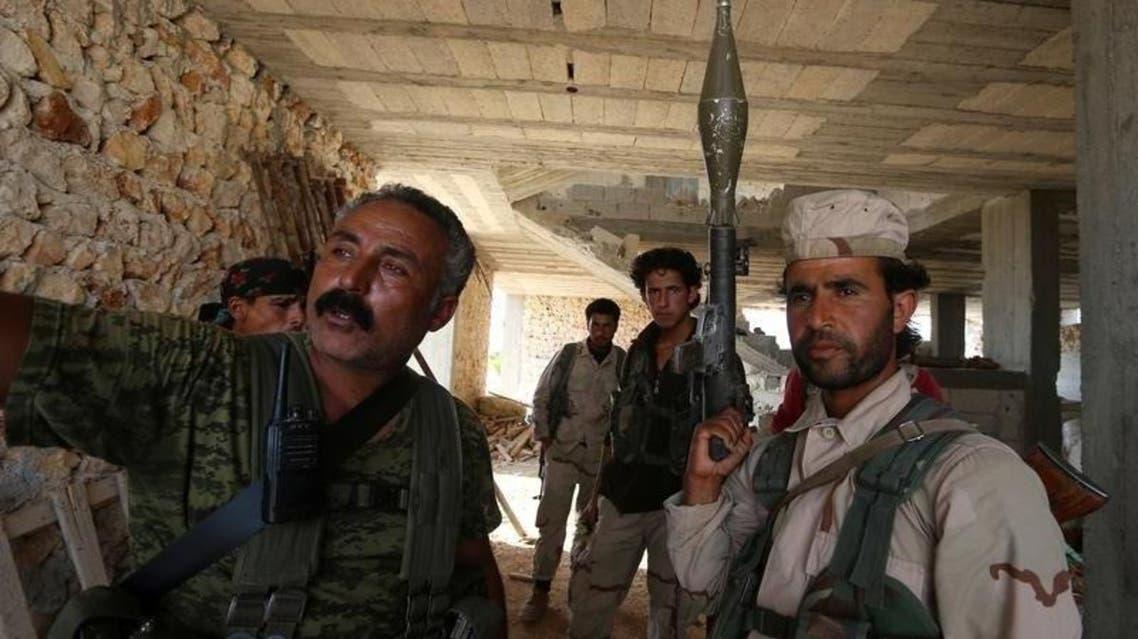 مقاتلون من قوات سوريا الديمقراطية داخل مبنى بالقرب من مدينة منبج ( العربية الحدث) - رويترز