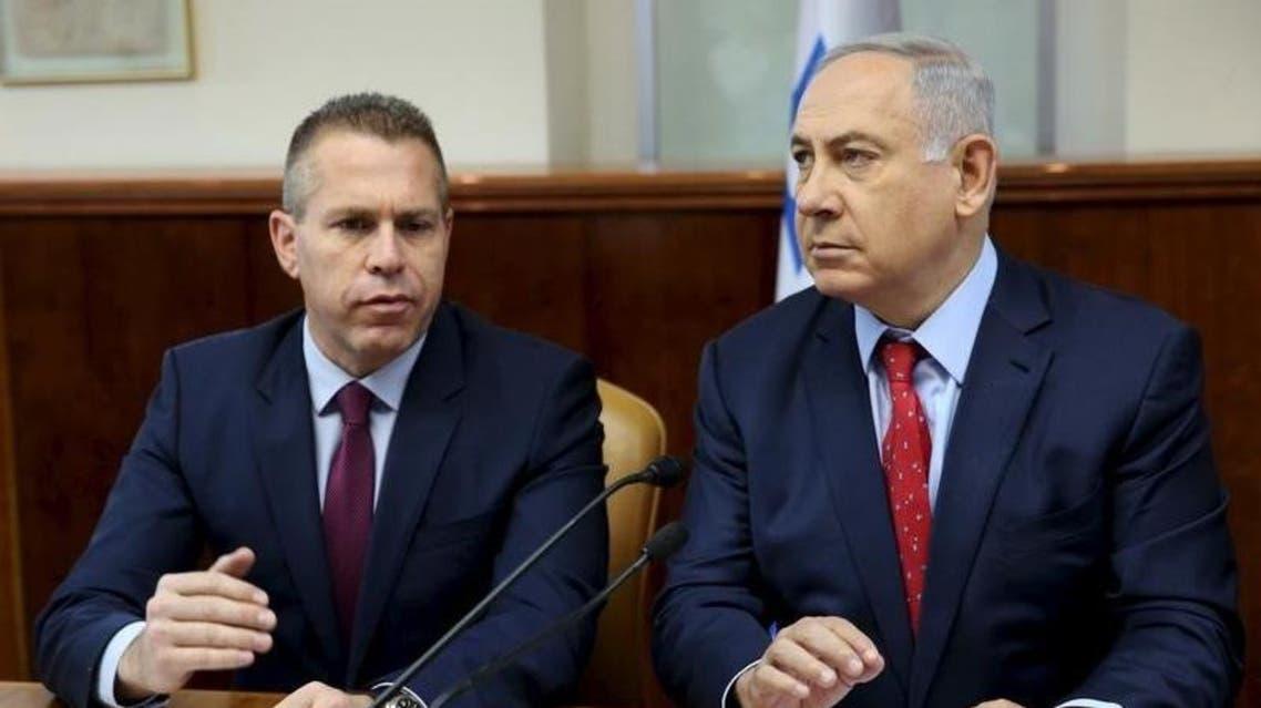 v,وزير الأمن الداخلي الإسرائيلي جلعاد إردان (يسار الصورة) يجلس بجوار رئيس الوزراء بنيامين نتنياهو - رويترز