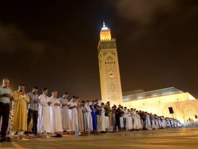 بالصور.. المغاربة يحجون إلى بيوت الله في أواخر رمضان