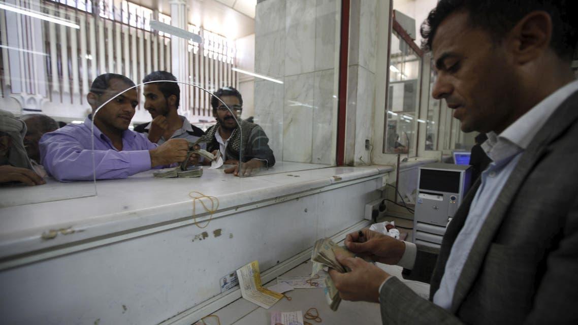 A money exchanger counts Yemeni rials in of the Central Bank of Yemen in Sanaa, Yemen, November 15, 2015.  (Reuters)