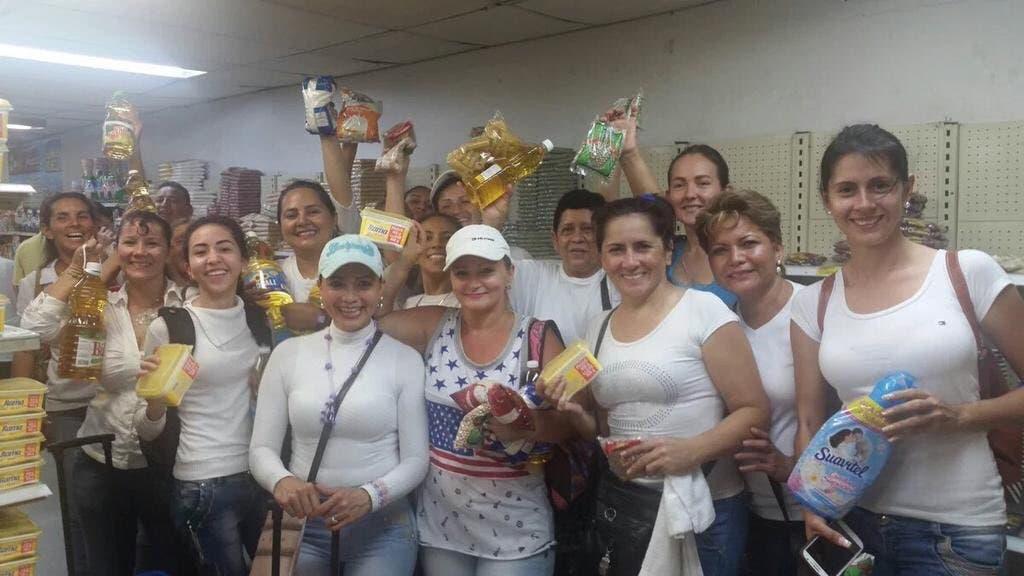 نساء فنزويلا بعد عودتهن مظفرات إلى البلاد بالسلع الغذائية