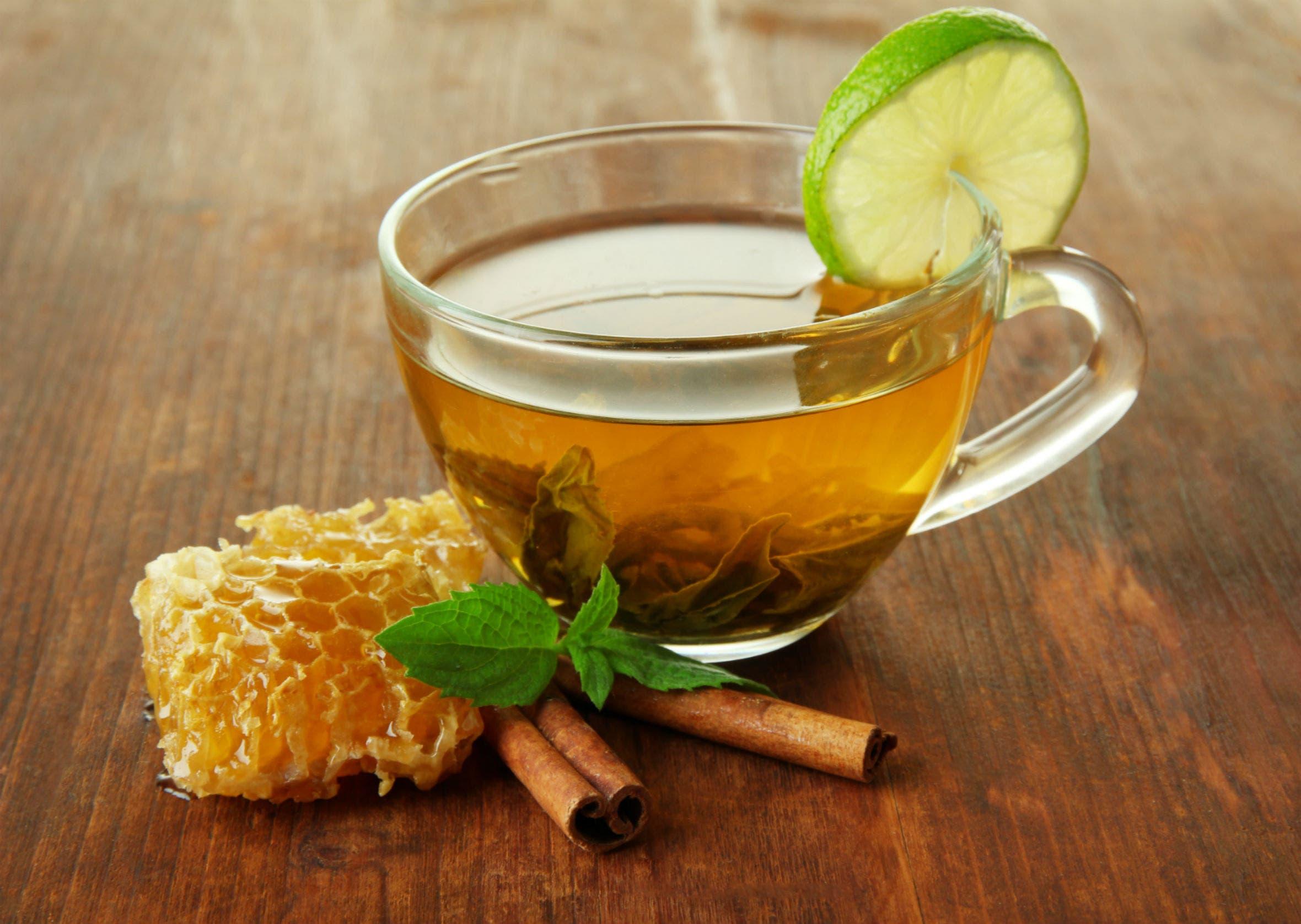 عسل النحل والقرفة مع الشاي الأخضر