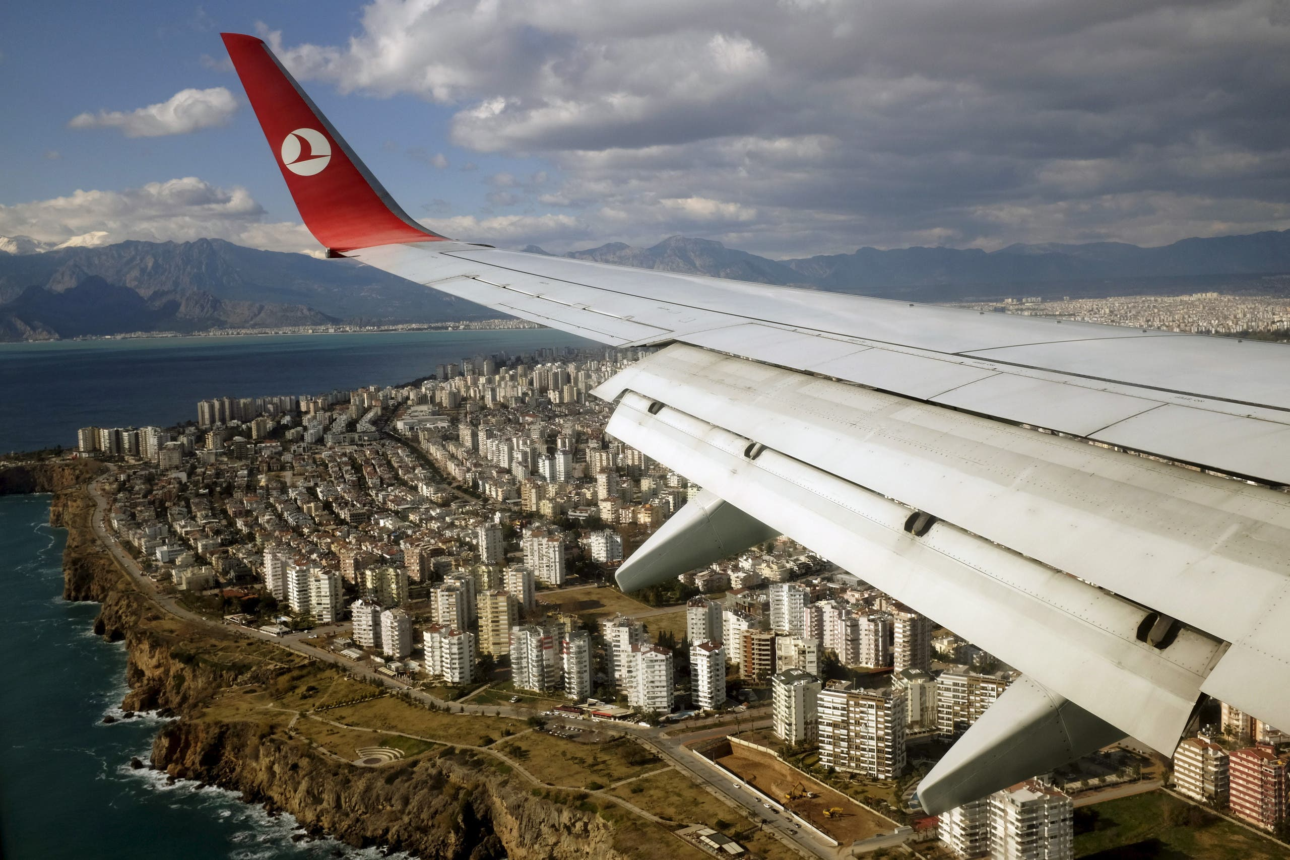 A Turkish Airlines Boeing 737-800 aircraft approaches to land at Antalya International airport in the Mediterranean resort city of Antalya, Turkey, January 8, 2016. (Reuters)