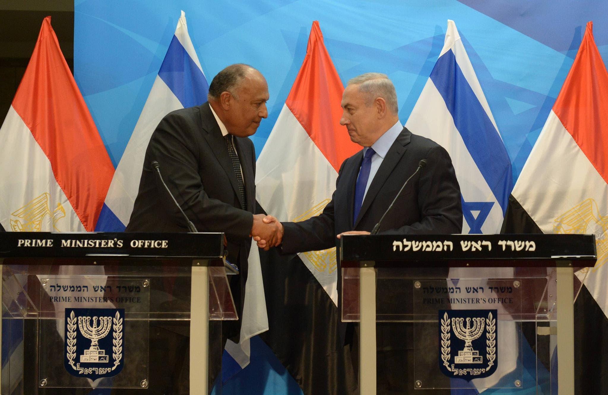 شكري ونتنياهو يتصافحان خلال المؤتمر الصحافي في تل أبيب