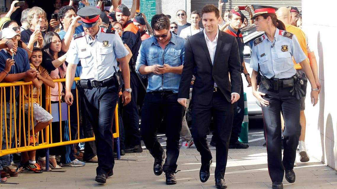 Barcelona's forward Lionel Messi (2nd R) arrives at a court to answer charges of tax evasion in Gava, northern Spain, September 27, 2013. REUTERS