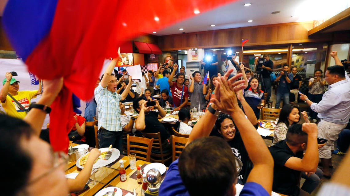 Filipinos applaud after the Hague-based U.N. international arbitration tribunal ruled in favor of the Philippines in its case against China on the dispute in South China Sea Tuesday, July 12, 2016. (AP)