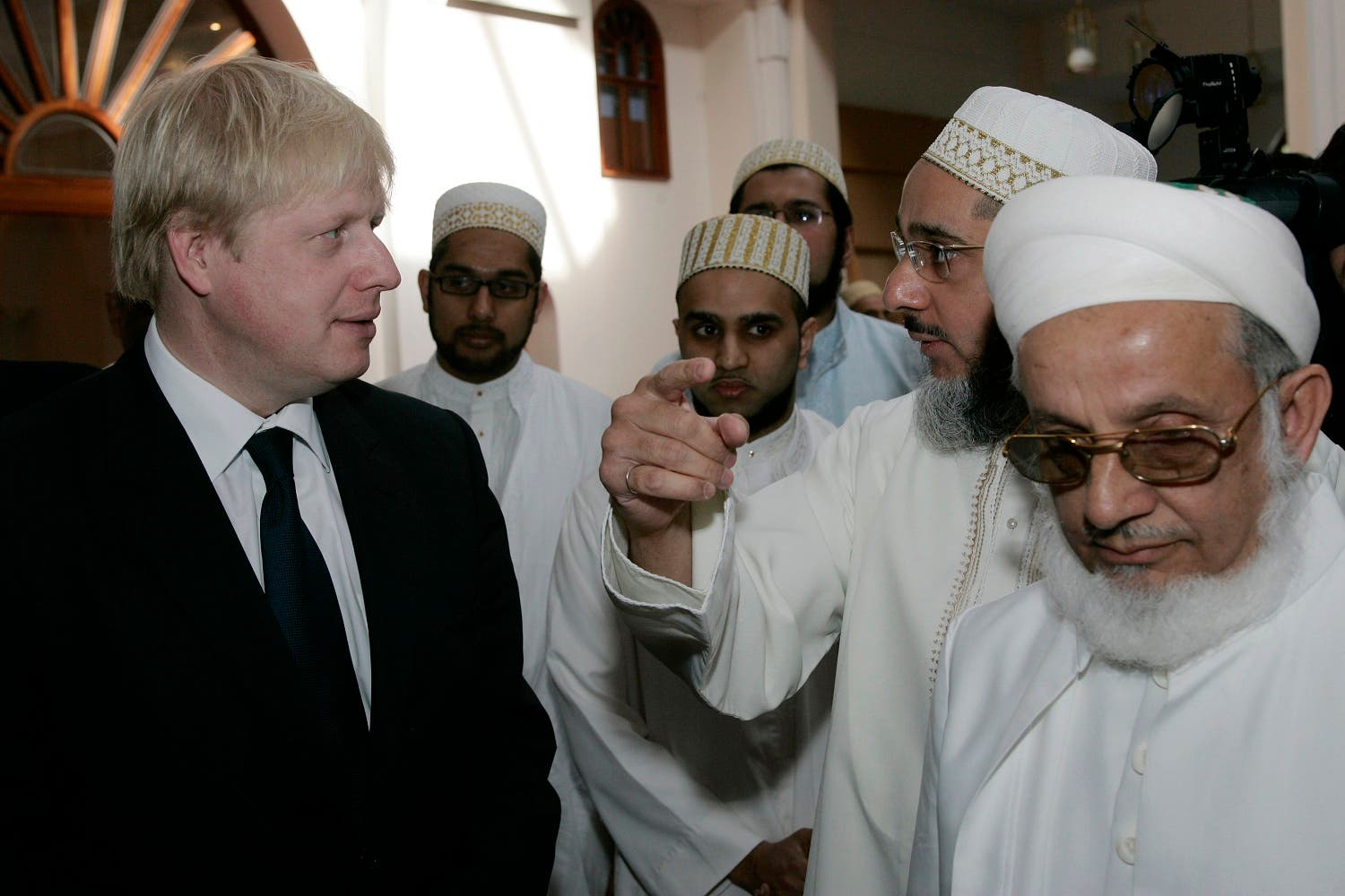 Boris Johnson talks to members of Dawoodi Bohra community during a visit to Husseini Mosque in west London during his mayoral campaign, Friday, April 4, 2008. (File photo: AP)