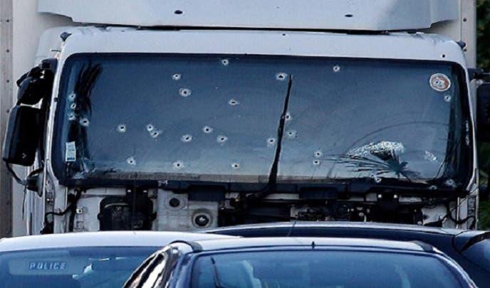 بهذه الرصاصات قتلت شرطة نيس التونسي الأصل بوهلال، وبدت آثارها على زجاج نافذة شاحنته الأمامية