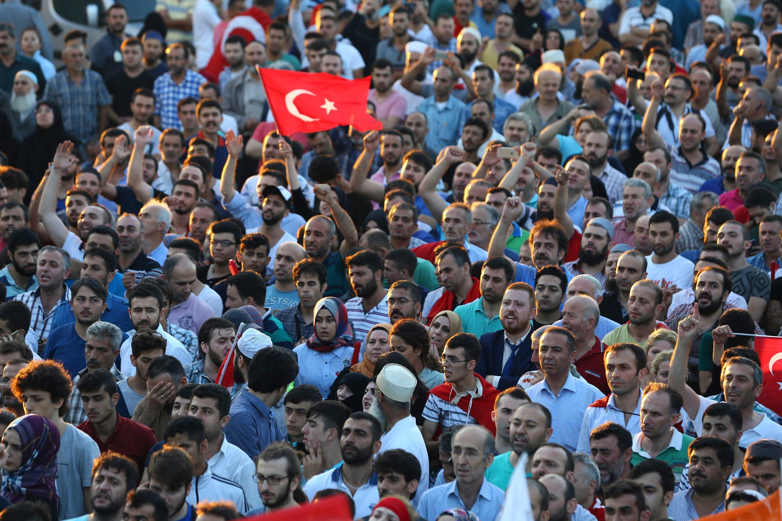 Supporters of Turkish President Tayyip Erdogan cheer at the Ataturk Airport in Istanbul, Turkey July 16, 2016. (Reuters)