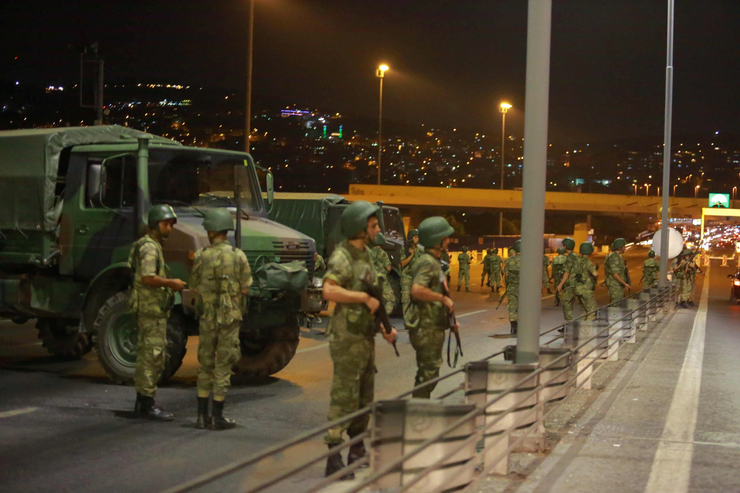 Turkish military block access to the Bosphorus bridge, which links the city's European and Asian sides, in Istanbul, Turkey, July 15, 2016. (Reuters)