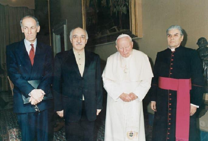 في 1998 كان لغولن لقاء سعى اليه بابا الفاتيكان الراحل فيما بعد، يوحنا بولس الثاني.