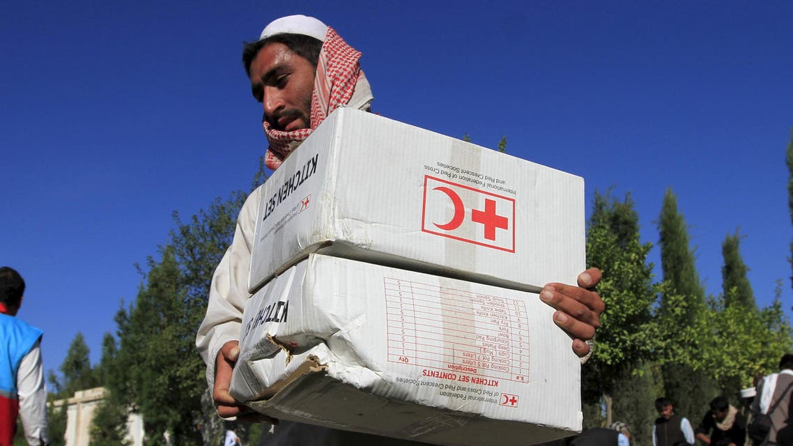 An Afghan man receives aid from the International Federation of the Red Cross and Red Crescent Societies after an earthquake, in Behsud district of Jalalabad province, Afghanistan October 28, 2015. (File Photo Reuters