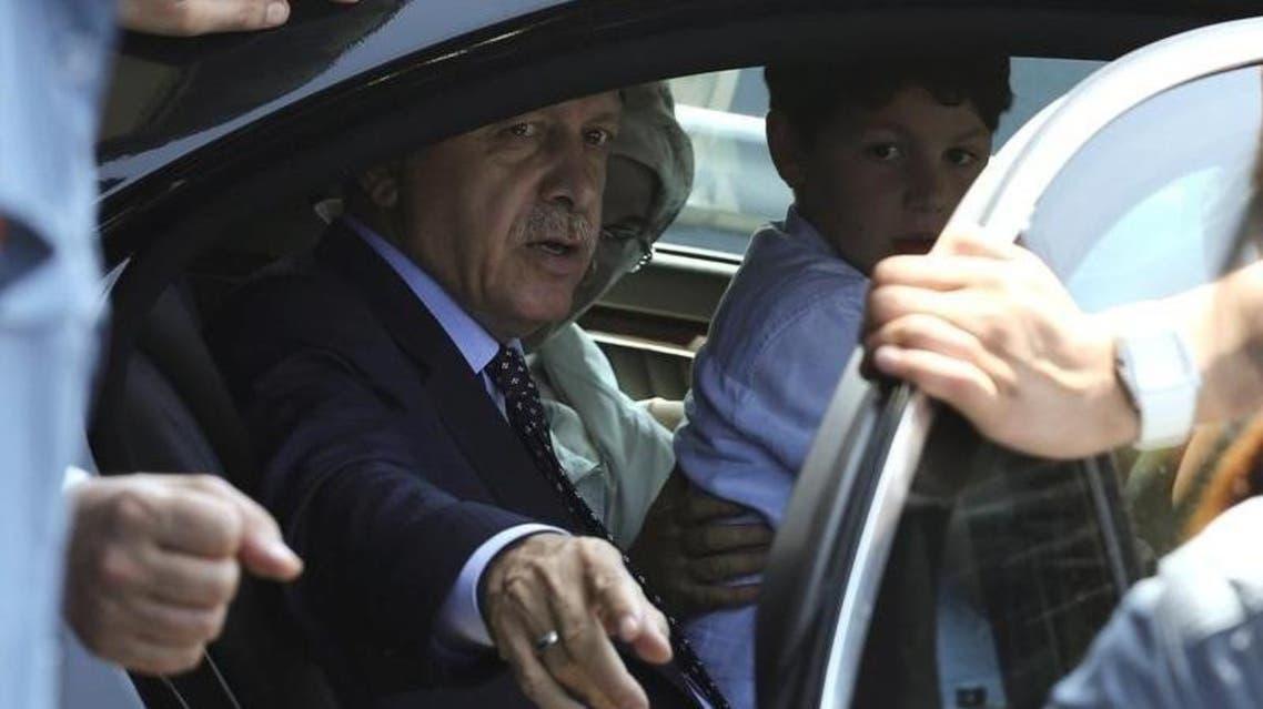 الرئيس التركي رجب طيب أردوغان داخل سيارة مع أفراد من عائلته بمطار اسطنبول يوم السبت - رويترز