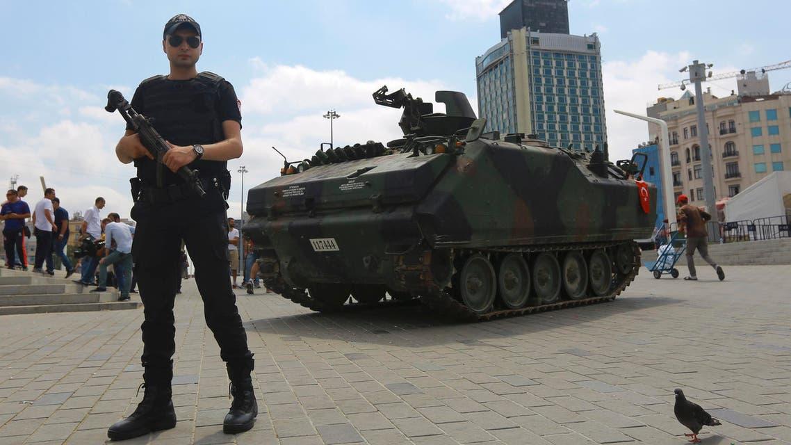 An abandoned tank is guarded at Taksim Square in Istanbul  العربية الحدث  تركيا اسطنبول انقلاب دبابة  رويترز