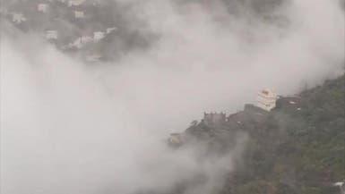 بعز الصيف.. أمطار وضباب يغطيان جبال فيفاء السعودية