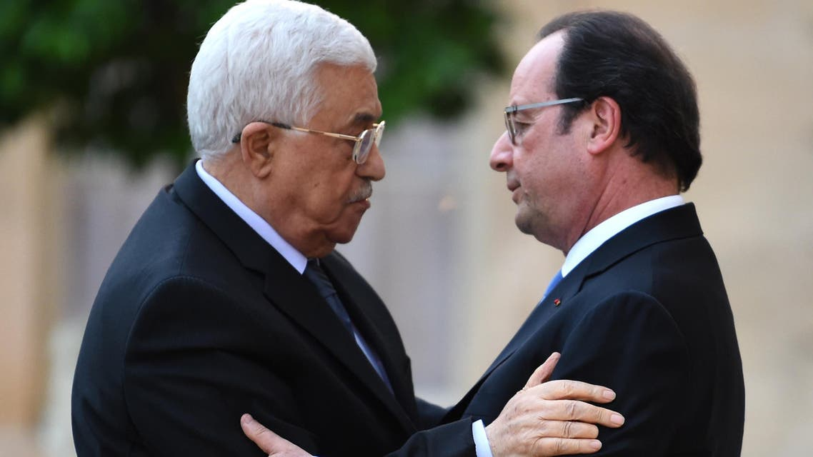 French President Francois Hollande (R) welcomes President of the Palestinian Authority Mahmoud Abbas upon his arrival on July 21, 2016 at the Elysee Presidential Palace in Paris. (AFP)