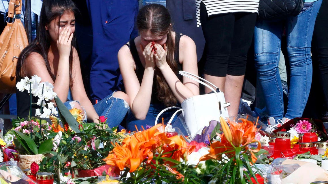 Young women mourning outside the Olympia shopping mall in Munich, Germany July 24, 2016. (Reuters)